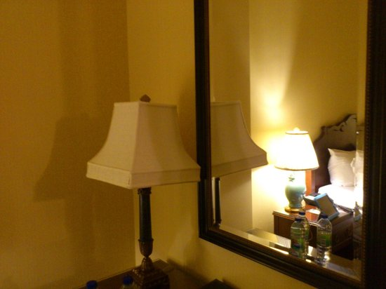 Fairmont Chateau Laurier: Desk lamp with NO light bulbs...LOL