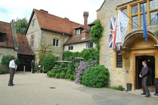 Belmond Le Manoir aux Quat'Saisons: The Manoir the entrance
