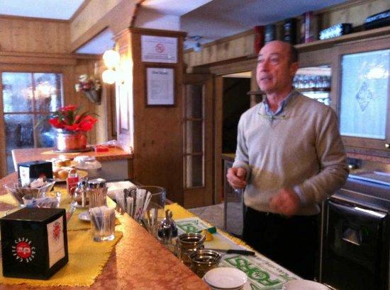 Hotel Betulla: Maurizio al bar