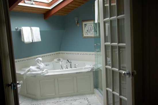 Cliffside Inn: bathroom in the Loft