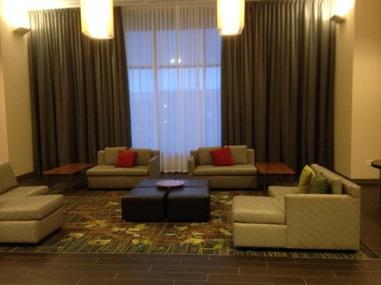 DoubleTree by Hilton Hotel Cedar Rapids Convention Complex : Beautiful spaces to sit in the hotel