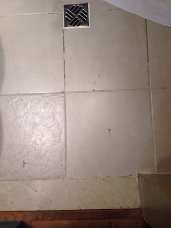Park Plaza Sherlock Holmes London: Cracked tiles on bathroom floor room 310