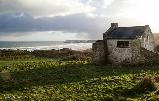 Whitepark Bay Youth Hostel : The old hostel on the walk to the beach