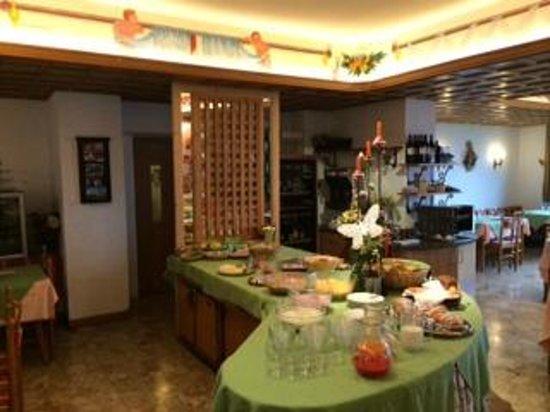 Hotel Catinaccio Rosengarten: Breakfast buffet