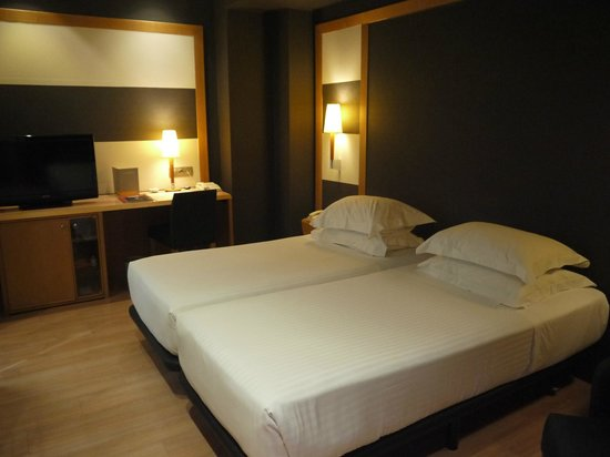 Barcelona Universal Hotel : two twin beds