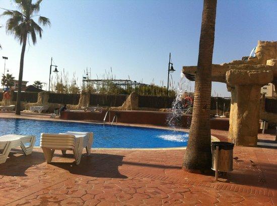 Marconfort Beach Club Hotel : side of pool