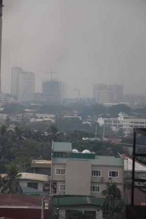 Red Planet Quezon City, Manila : Smoggy vide from the room