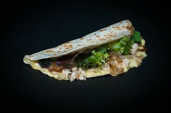 Santa Piadina: piadina con pechuga de pollo , cebolla confitada, lechuga y queso fontina