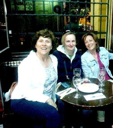 Sevilla Inn Backpackers: En la taberna SANTA CRUZ (enfrentito del Sevilla Inn)