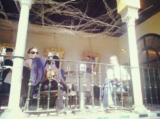 Sevilla Inn Backpackers: En la Cafeteria REALES ALCAZARES