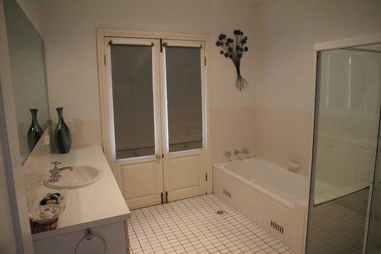 Possum's Retreat: Homestead Bathroom