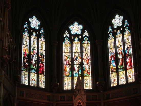 Cathédrale Saint-Jean-Baptiste : Beautiful stained glass windows