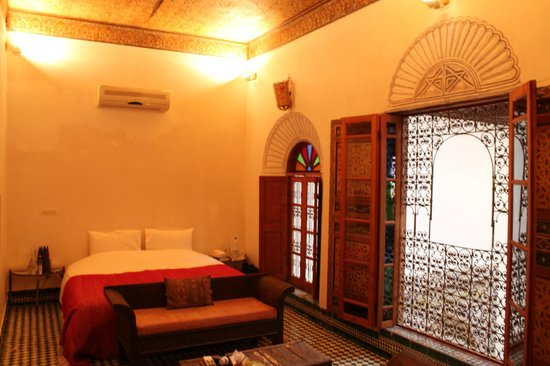 Riad Idrissy : Our lovely room with ornate ceiling