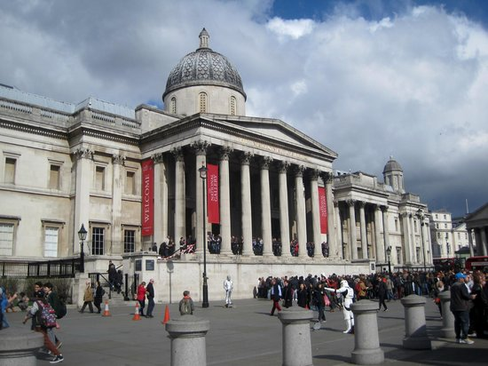 Galería Nacional: National Gallery from the fountain in Trafalgar Square