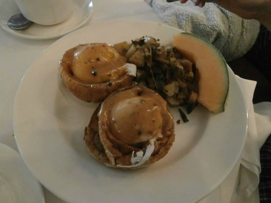 Isabella's: Filet-mignon Eggs Benedict (brunch)