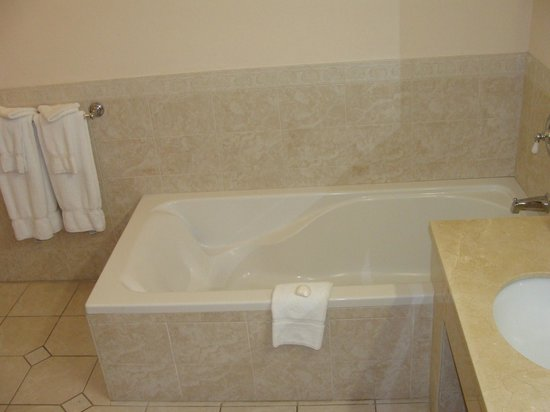 Pompano Beach Club: bathtub