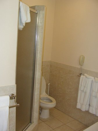 Pompano Beach Club: bathroom, shower to left