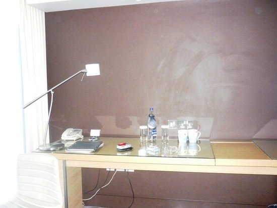 Hilton Manchester Deansgate: Awful marks on wall