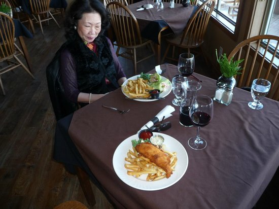 Sea Shanty Restaurant: Inside with the fish & chips
