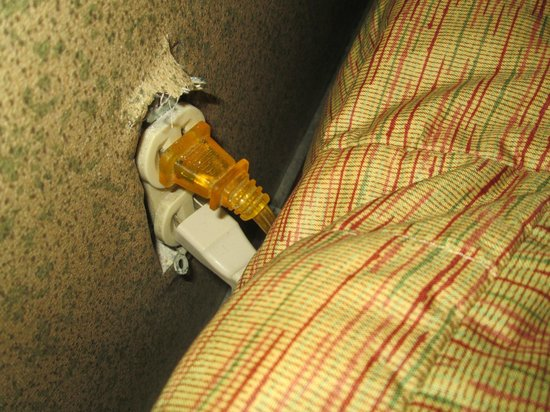Caliente Tropics Resort : The outlet which the mattress was pushed right up against. this FIRE HAZARD !