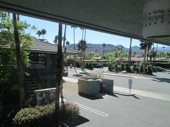 Caliente Tropics Resort : Another picture for emphasis of room 220 right beside and overlooking the dumpster