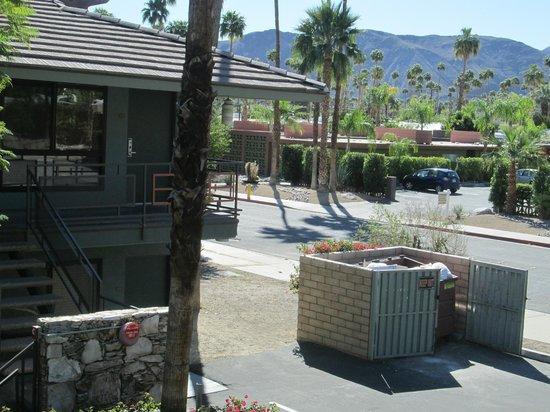 Caliente Tropics Resort : Room 220 overlooking the garbage dumpster
