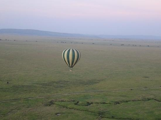 Safaris en globo sobre el Serengeti: a view of our companion balloon