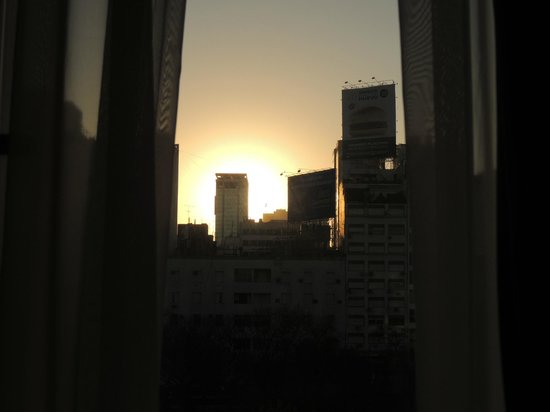 NH Buenos Aires 9 de Julio: Nascer do sol. Vista da cama! :)