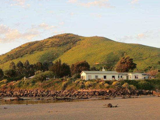 Surat Bay Lodge: vue depuis la plage