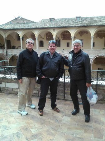 Hotel Giotto Assisi: Courtyard of the Basilica