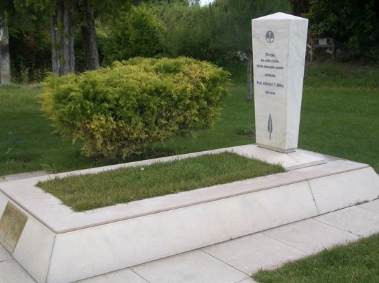 Aphrodisias : Kenan Erim's grave