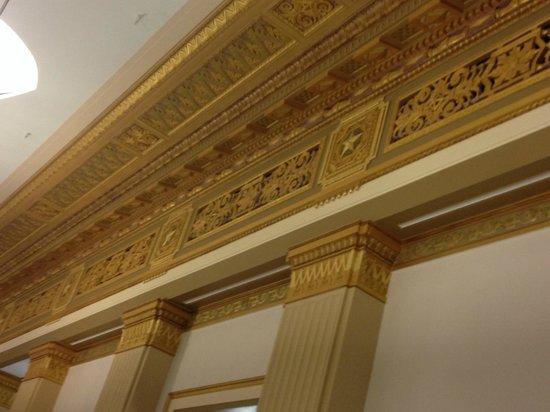 Drury Plaza Hotel San Antonio Riverwalk : Gorgeous restored moldings in the lobby