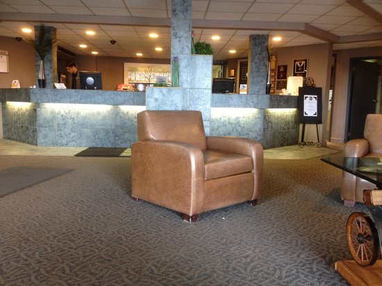 Quality Inn West Edmonton: The spacious lobby