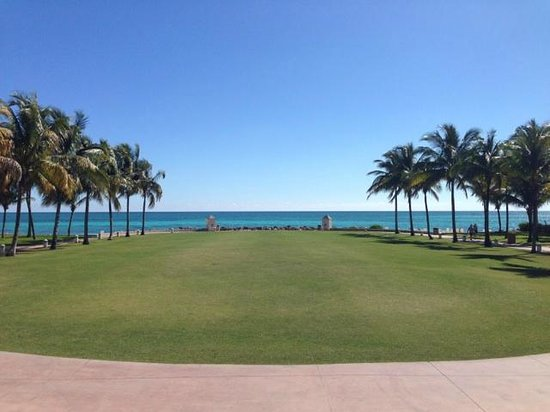 Grand Lucayan, Bahamas: View from the main lobby towards the ocean