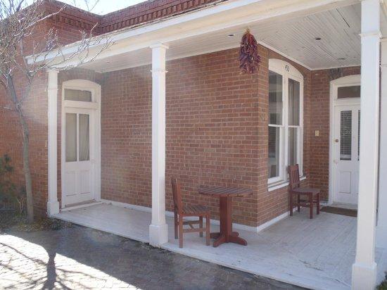 Las Palomas Inn Santa Fe: Lovely porch on the west side