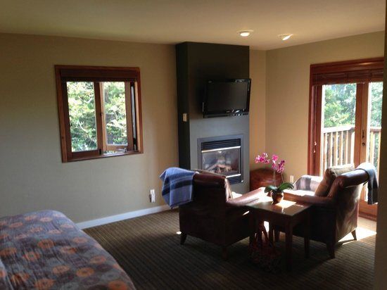 Brewery Gulch Inn: Warm fireplace with comfy leather chairs sitting area