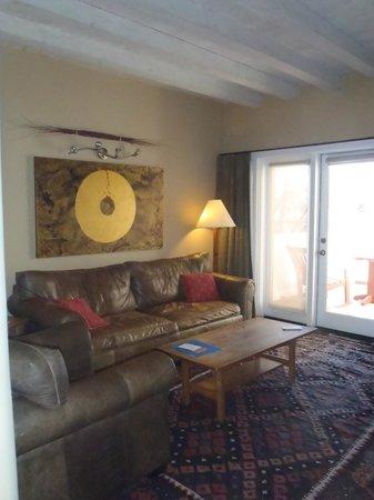 Las Palomas Inn Santa Fe: Living room with view to the back porch.