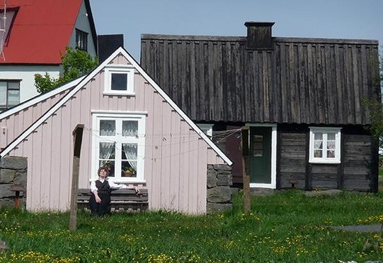 Freilichtmuseum Árbæjarsafn: People dress in costume to teach about the Icelanders