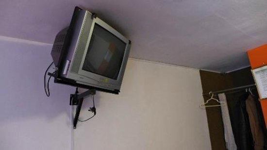 Hotel Puno Terra: Old tube TV sets the tone