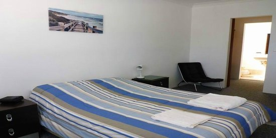 Reef Resort Apartments: Main Bedroom with Double Bed