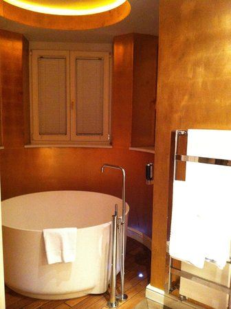 Hotel Beethoven Wien: bath tub, not that comfortable