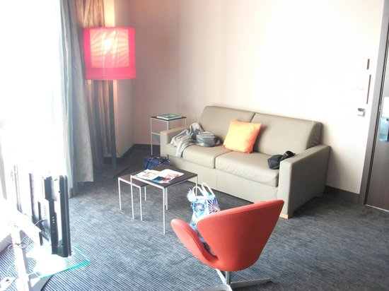 Novotel Barcelona City: Lounge and sofa bed in suite room.