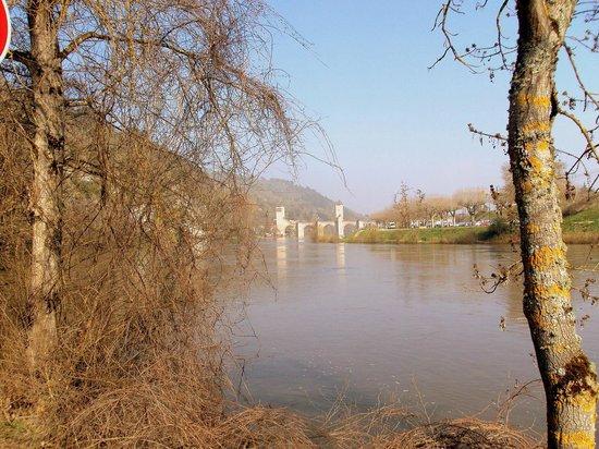Pont Valentre : Vista del río Lot y al fondo el puente.