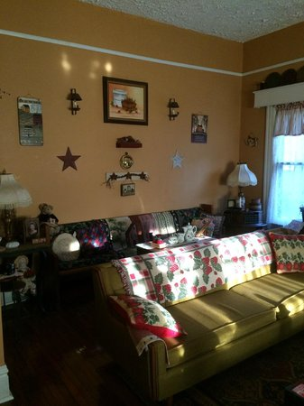 Strawberry House Bed & Breakfast : Living Room
