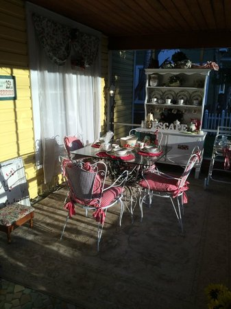Strawberry House Bed & Breakfast : Front Porch Dining
