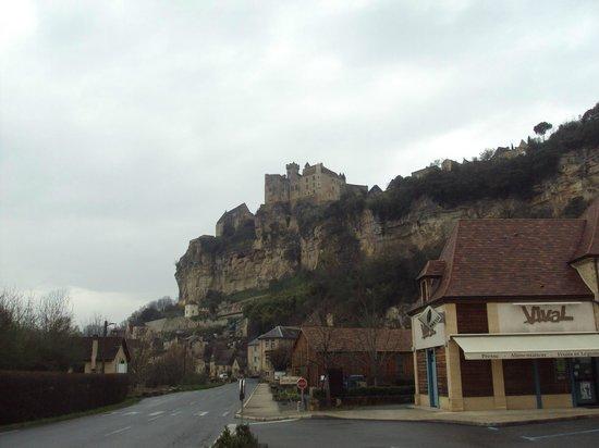 Château de Beynac : Vista a lo lejos del castillo y el pueblo a sus pies.