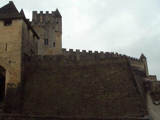 Château de Beynac : Muros inclinados terminados en empalizada.