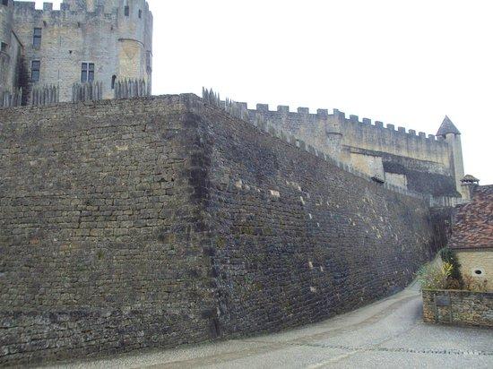 Château de Beynac : Muros robustos, en algunas zonas almenados.