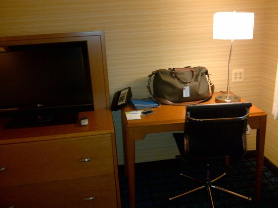 Fairfield Inn New York JFK Airport: Flatscreen TV