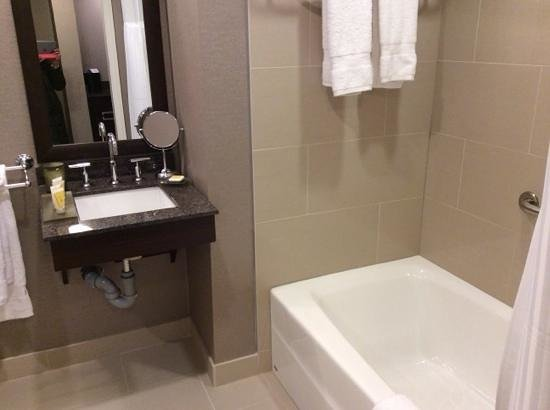 Pinnacle Hotel At The Pier : And the bathtub.